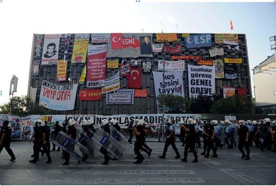 Yıkılacak mı yoksa restore mi edilecek tartışmasına sahne olan Atatürk Kültür Merkezi'ne Gezi Parkı eylemlerinde asılan pankartlar bir çok farklı kesimin bir çok farklı mesajını günlerce Dünyaya vermiş oldu