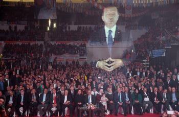 Konuşma yaptığı sırada bir çok TV kanalında canlı yayında aktarılan Erdoğan, katılamadığı AKP'nin İzmir mitinginde hologram kullanarak fikirlerini aktarması, Orwell'in 1984 romanıyla tek bir merkezden düşünceleri propaganda aracılığıyla yayılması fikrine benzetilmektedir.